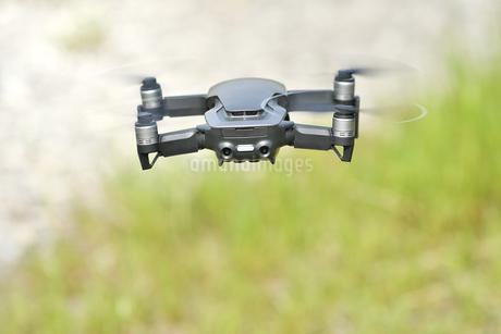離陸した小型ドローンの写真素材 [FYI01263016]