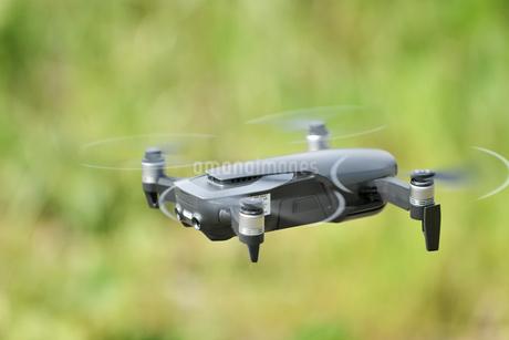 離陸した小型ドローンの写真素材 [FYI01263018]
