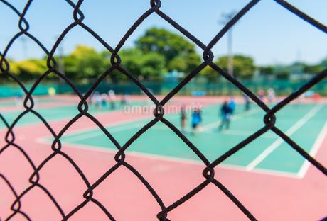 テニスコートとフェンスの写真素材 [FYI01263047]