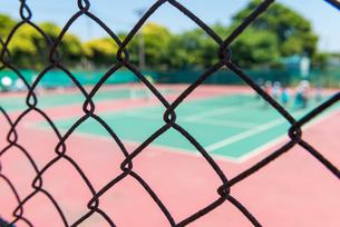テニスコートとフェンスの写真素材 [FYI01263048]