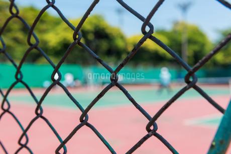テニスコートとフェンスの写真素材 [FYI01263049]