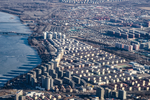 飛行機から見える中国・北京の街並みの写真素材 [FYI01263096]