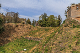 春の箕輪城の土橋と石垣の風景の写真素材 [FYI01263188]