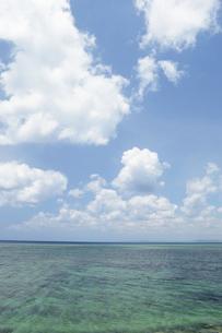 青空と雲とエメラルドグリーンの海の写真素材 [FYI01263192]