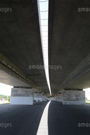 高架橋の下に伸びる光の写真素材 [FYI01263194]
