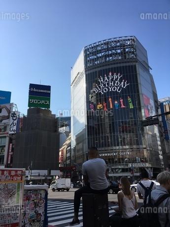 渋谷駅周辺 スクランブル交差点とQフロントの写真素材 [FYI01263219]