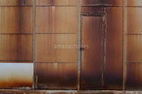 赤錆びた壁の扉の写真素材 [FYI01263311]