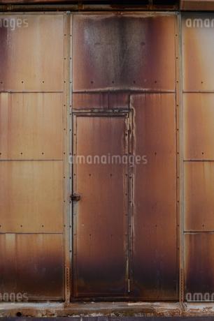 赤錆びた壁の扉の写真素材 [FYI01263313]
