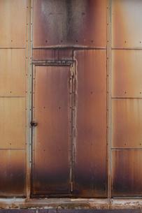 赤錆びた壁の扉の写真素材 [FYI01263314]