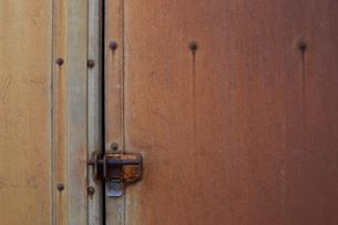 赤錆びた壁の鍵の写真素材 [FYI01263315]