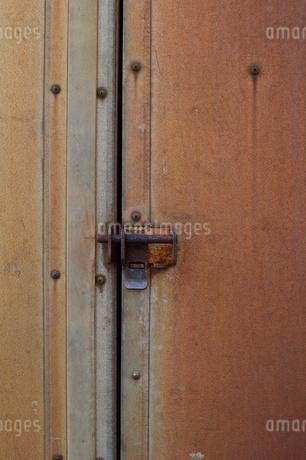 赤錆びた壁の鍵の写真素材 [FYI01263316]