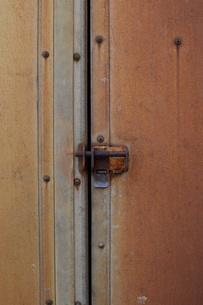 赤錆びた壁の鍵の写真素材 [FYI01263317]