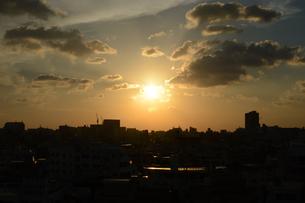 夕日とシルエットの都会の建物の写真素材 [FYI01263332]