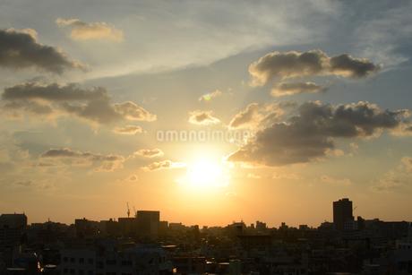 夕日とシルエットの都会の建物の写真素材 [FYI01263333]