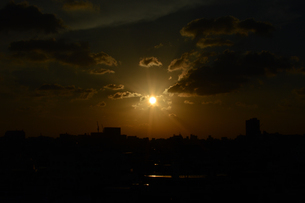 夕日とシルエットの都会の建物の写真素材 [FYI01263334]