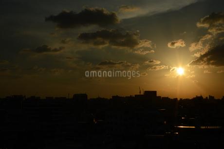 夕日とシルエットの都会の建物の写真素材 [FYI01263335]