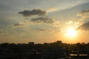 夕日とシルエットの都会の建物の写真素材 [FYI01263336]
