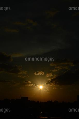 夕日とシルエットの都会の建物の写真素材 [FYI01263337]
