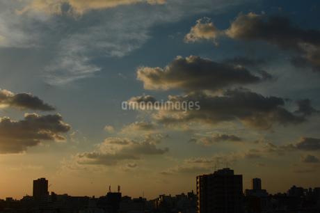 夕焼けとシルエットの都会の建物の写真素材 [FYI01263340]