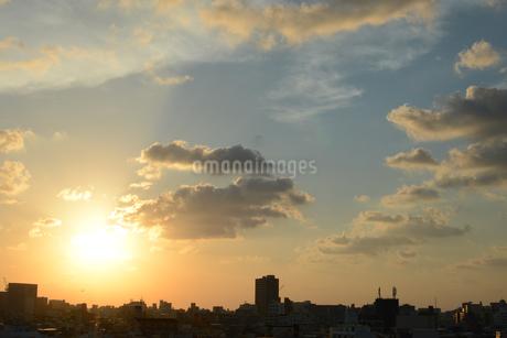 夕焼けとシルエットの都会の建物の写真素材 [FYI01263343]