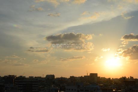 夕焼けとシルエットの都会の建物の写真素材 [FYI01263344]