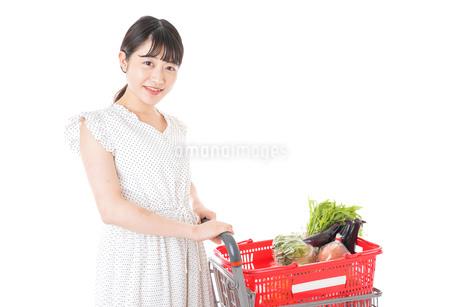 スーパーで食料品を買う若い女性の写真素材 [FYI01263512]