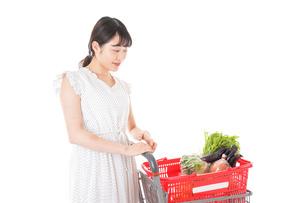 スーパーで食料品を買う若い女性の写真素材 [FYI01263513]