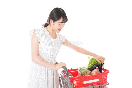 スーパーで食料品を買う若い女性の写真素材 [FYI01263514]