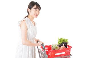 スーパーで食料品を買う若い女性の写真素材 [FYI01263515]