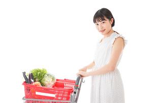 スーパーで食料品を買う若い女性の写真素材 [FYI01263516]