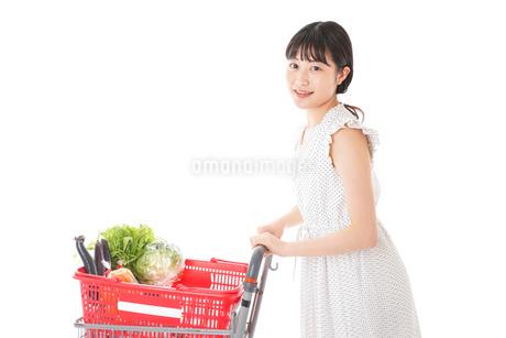 スーパーで食料品を買う若い女性の写真素材 [FYI01263517]