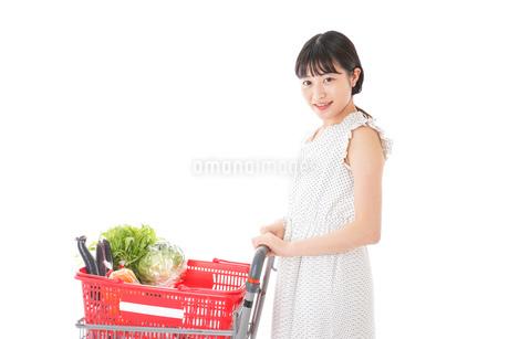スーパーで食料品を買う若い女性の写真素材 [FYI01263518]