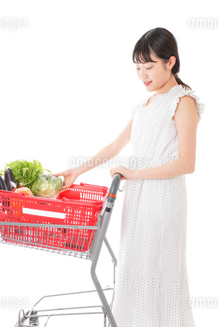 スーパーで食料品を買う若い女性の写真素材 [FYI01263519]