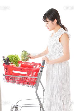 スーパーで食料品を買う若い女性の写真素材 [FYI01263520]