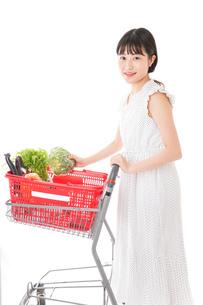 スーパーで食料品を買う若い女性の写真素材 [FYI01263521]