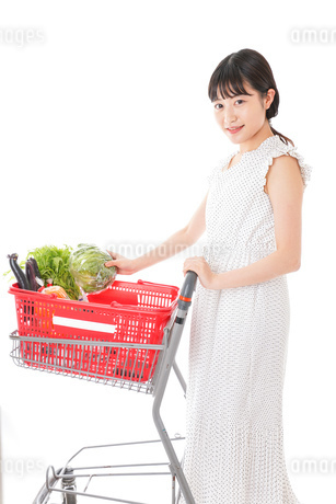 スーパーで食料品を買う若い女性の写真素材 [FYI01263522]