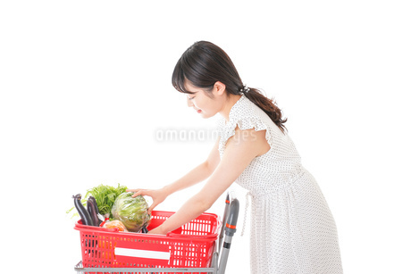 スーパーで食料品を買う若い女性の写真素材 [FYI01263523]