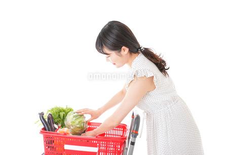 スーパーで食料品を買う若い女性の写真素材 [FYI01263524]