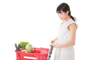 スーパーで食料品を買う若い女性の写真素材 [FYI01263525]