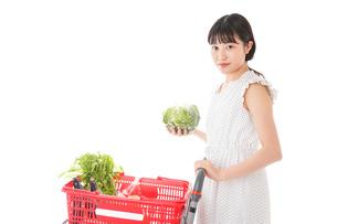 スーパーで食料品を買う若い女性の写真素材 [FYI01263526]
