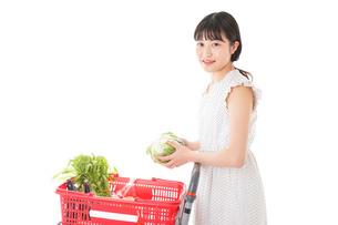 スーパーで食料品を買う若い女性の写真素材 [FYI01263527]