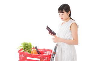 スーパーで食料品を買う若い女性の写真素材 [FYI01263528]
