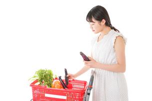 スーパーで食料品を買う若い女性の写真素材 [FYI01263529]