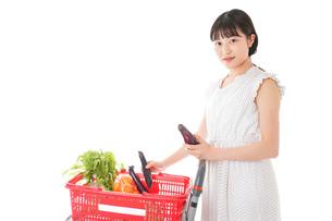 スーパーで食料品を買う若い女性の写真素材 [FYI01263530]