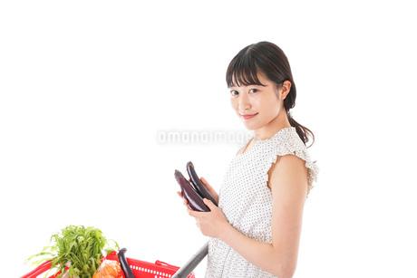 スーパーで食料品を買う若い女性の写真素材 [FYI01263531]