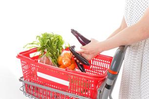 スーパーで買い物をする若い女性の写真素材 [FYI01263532]