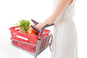 スーパーで買い物をする若い女性の写真素材 [FYI01263533]