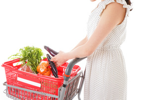 スーパーで買い物をする若い女性の写真素材 [FYI01263534]