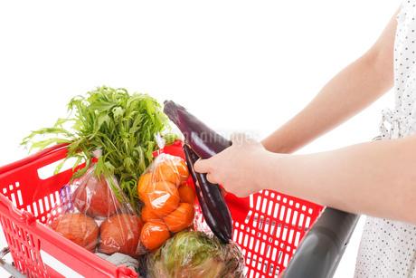 スーパーで買い物をする若い女性の写真素材 [FYI01263535]
