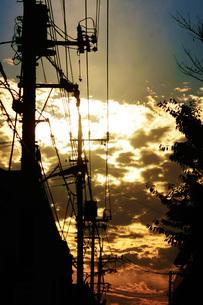電線と夕焼けの写真素材 [FYI01263612]